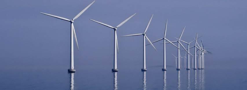 Parque de energías renovables. Parque eólico marino donde hay multitud de molinos (aerogeneradores) situados uno detrás del otro.