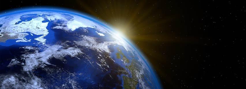 Vista del planeta Tierra desde el espacio con el sol escondiéndose detrás de la Tierra.