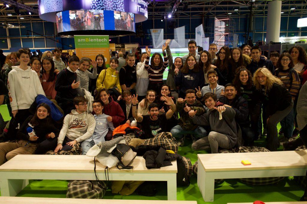 Grupo de alumnos celebrando que han acabado el debate sobre la emergencia climática en la COP25 organizado por ambientech.